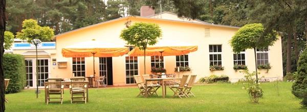 © Inselhotel Brückentinsee. Es gibt ein Restaurant, ein Café und eine Weinstube im Brückentinsee Hotel.