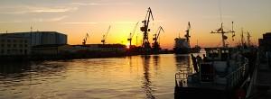 Ein Fischerhafen an der Ostsee im Sonnenuntergang
