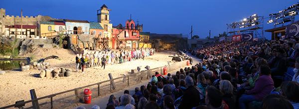 © Piraten Action Open Air; Auf der Tribüne finden 1.600 Zuschauer Platz.